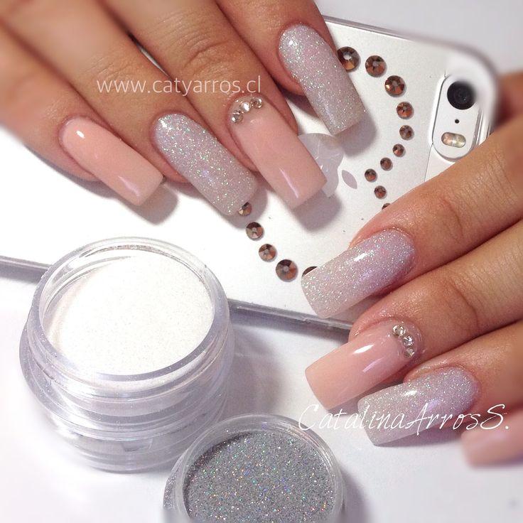 Uñas Acrílicas con Nude gel polish, un MIX de glitter blanco y holografíco y cristales swarovski  Clienta: Amanda ✨