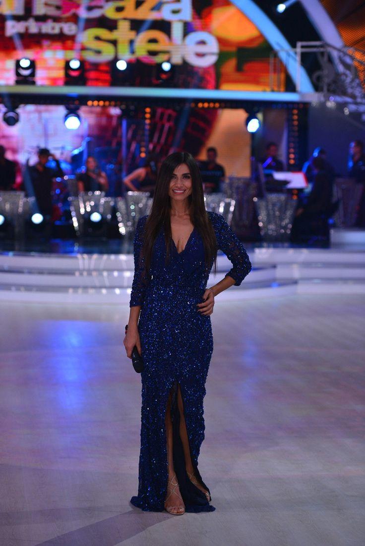 Prezentatoarea noului show de dans de la Antena 1, Lili Sandu, a avut o aparitie de neuitat in cadrul emisiunii, intr-o rochie de seara marca Blumarine. Vezi rochia aici: http://www.dressbox.ro/rochii/blumarine-bl03.html