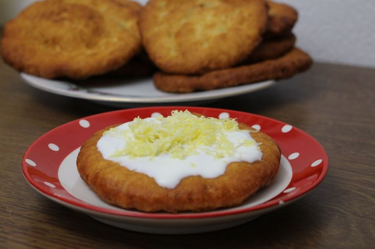 Annyira finom, hogy naponta meg lehetne enni! Hozzávalók 30 dkg finomliszt, 30 dkg héjában főtt burgonya (tisztán mérve), 25 dkg párizsi (vagy egyéb, nem zsíros felvágott), 1 tojás, 3 dkg olvasztott margarin, 2 gerezdfokhagyma, 1 csapott teáskanál só, olaj a sütéshez és tejföl a tetejére. Elkészítés Az áttört burgonyát összegyúrjuk[...]