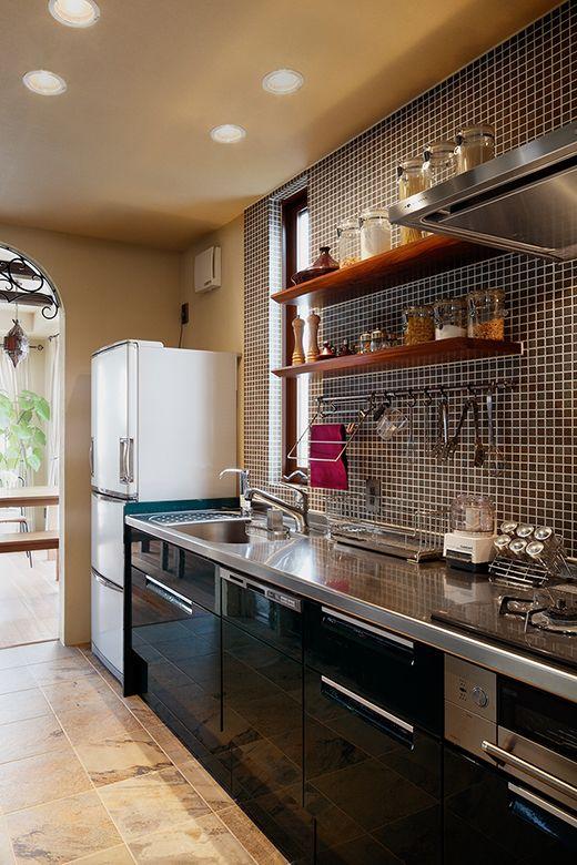 壁タイルはシステムキッチンとカラーコーディネート。見せる収納でスマートに