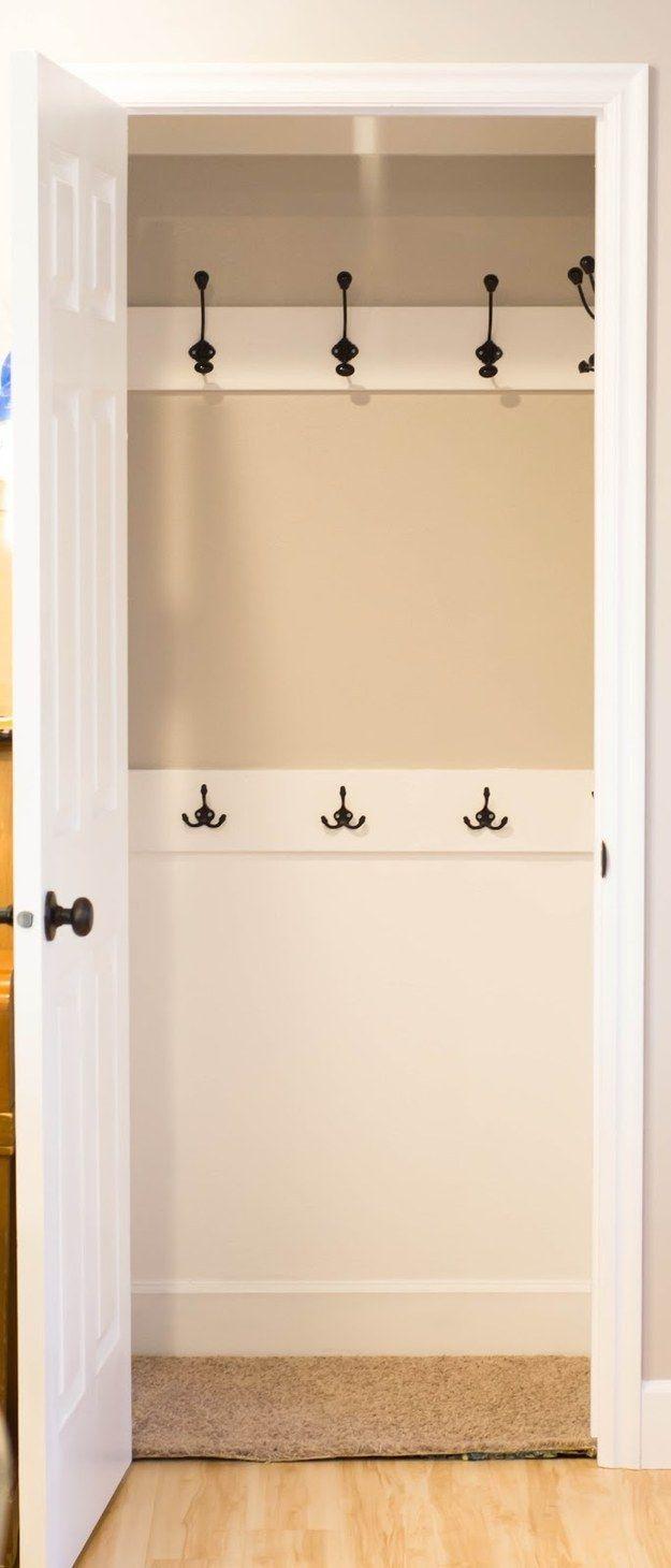 Reemplaza la barra en tu armario de abrigos por ganchos. ¡Todos estarán más dispuestos a colgar sus abrigos!