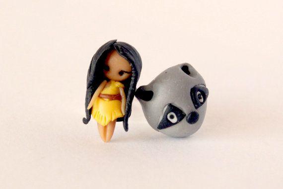 Pocahontas e meeko brincos inspirados pelo belo conto de fadas da Disney.