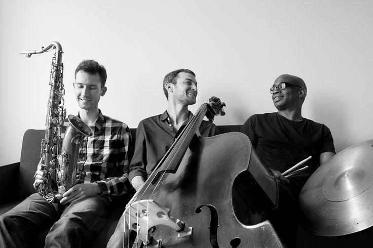 Mike Parker's Trio Theory // Sreda 19. april, 22:30h // Kc Grad  Ingeniozni džez trio, koji čine Mike Parker, basista i kompozitor iz Njujorka, Frank Parker, basista Kurt Elling kvarteta čak dva puta nominovan za prestižnu Gremi nagradu, i Slawek Pezda, tenor saksofonista iz Krakova, nastupa 19. aprila u Kc Gradu. Njihova neverovatna muzička energija čini sintezu svih muzičkih žanrova: od sirove energije roka preko suptilnosti klasične muzike do avangardnih ritmičnih varijacija…