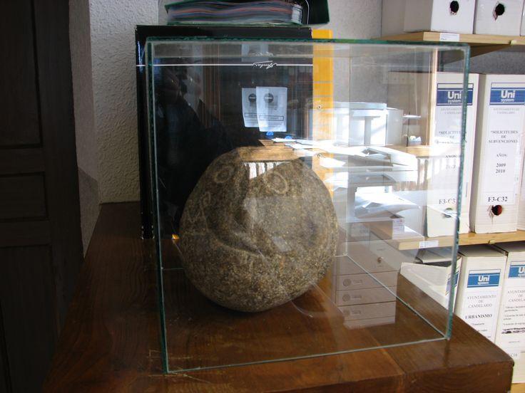 Este simpático petroglifo se encuentra en el Ayuntamiento de Candelario. No sabemos nada acerca de él.