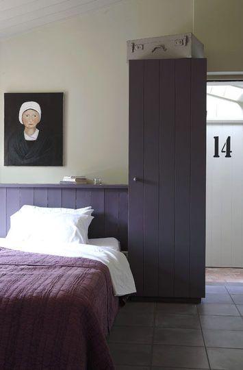 Une chambre violette contemporaine
