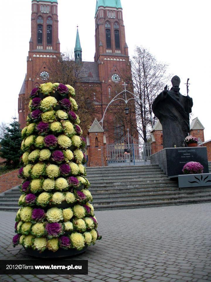 flower tower by Terra - statues of John Paul II