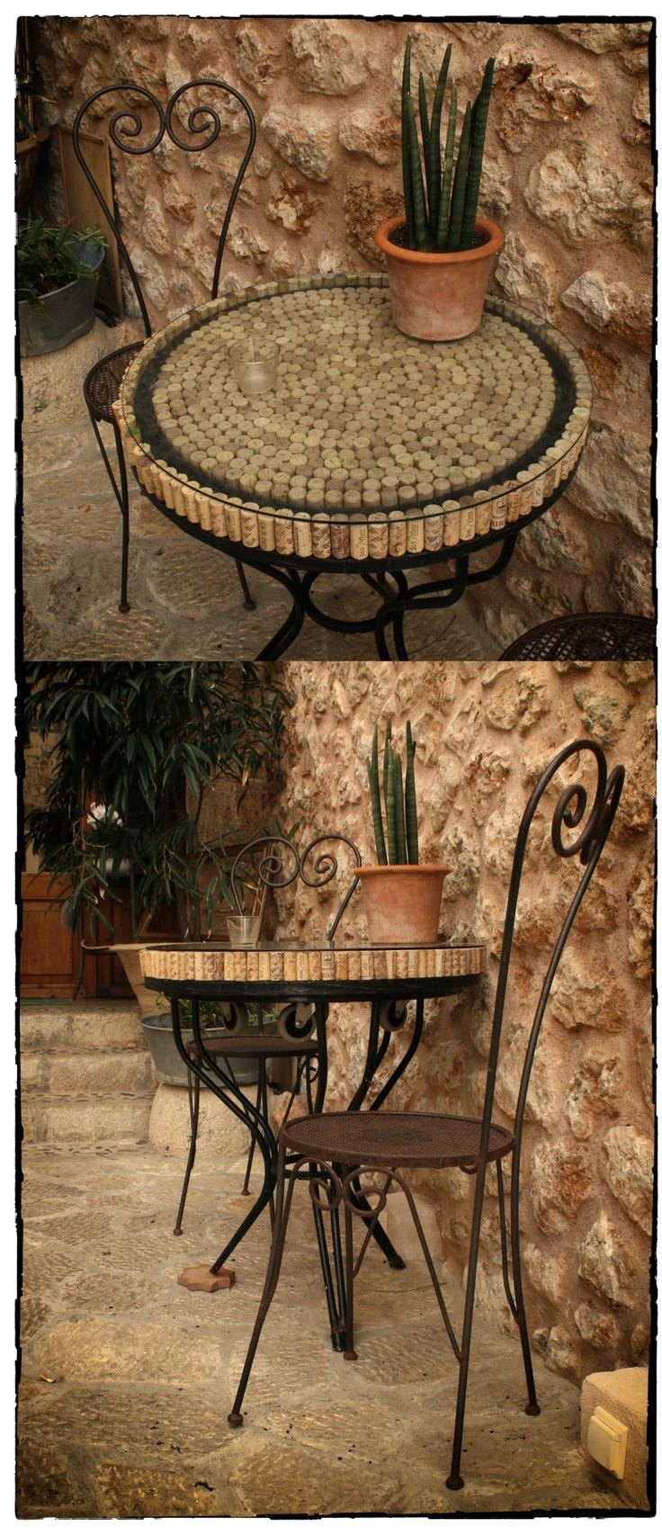 Cork table Banyalbufar Mallorca. Tablero de mesa con tapones de corcho
