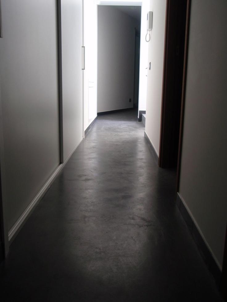 Pavimentazione in cemento Microbond spatolato color antracite.