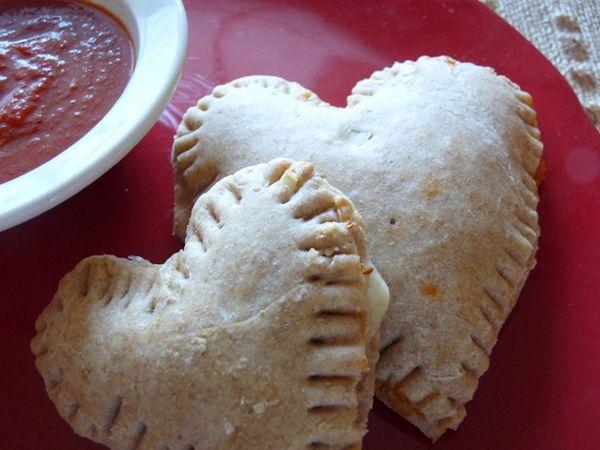 extendéis la masa y cortáis dos corazones de igual tamaño. Rellenáis con mozzarella, pimiento, pavo y salsa marinara y cerráis bien los bordes con ayuda de un tenedor. Horneáis durante 10-15 minutos a 200 grados o hasta que estén doradas. ¡Qué buena receta de San Valentín!