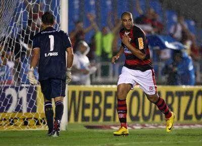 Adriano marca e Fernando Prass busca a bola no fundo do gol - 2010 - Flamengo 1x0 Vasco pela Taça Rio