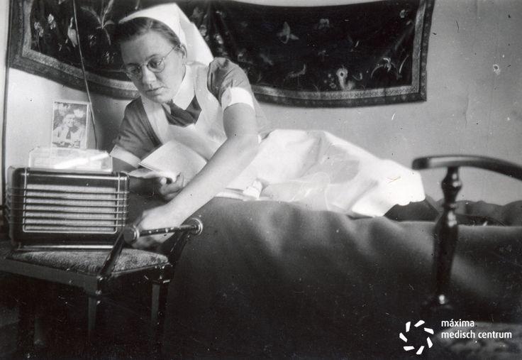 Verpleegkundige / zuster op haar kamer in het Diaconessenhuis te Eindhoven in voorjaar 1948