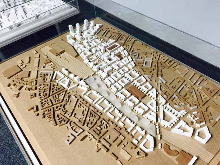 Maćków + Onimo Makiety Arch. skala: 1:2000 materiały: mdf - otoczenie, zabudowa istniejąca corian - zabudowa projektowana plexi - zabudowa projektowana drewno maranti - drewno o czerwonej barwie symbolizuje ceglaną zabudowę istniejącą, pozostawioną w obrębie terenu opracowania