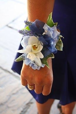 Оригінальні прикраси на руку дружкам   Весільна флористика настільки різноманітна, що важко когось здивувати. Проте, флористи щоразу виг...