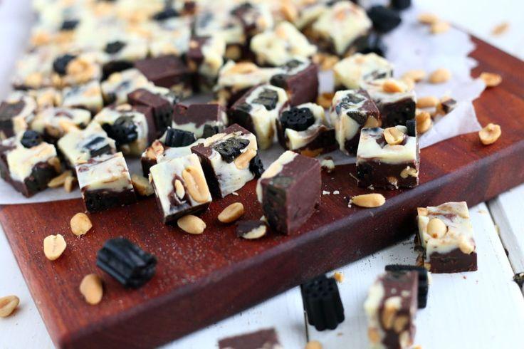 Itsetehdyt fudget ovat aina vain yhtä ihania tehdä, ja ennen kaikkea syödä! Kun pohjana käyttää suklaan ja kondensoidun maidon sekoitusta, saa fudget tehtyä helposti ja nopeasti ilman lämpömittaria tai muita ylimääräisiä härpäkkeitä. Ja mikä vieläkin hienompaa on se, että nämä maistuvat ihan älyttömän hyviltä! Tällaisiin fudgeihin voi käyttää mitä suklaata tahansa ja niitä voi maustaa …