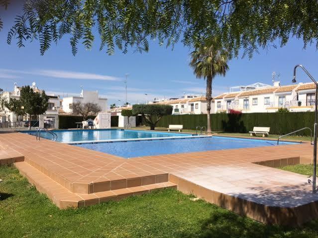 Fint radhus i två plan med fin pool i ett stort trevligt grönområde. 113,000 EURO