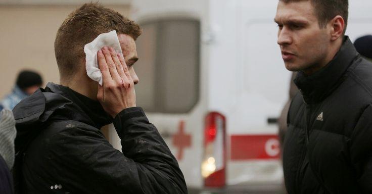 3.abr.2017 - Jovem ferido é atendido do lado de fora da estação de metrô Sennaya Ploshchad, em São Petersburgo, na Rússia, após uma explosão deixar mortos e feridos