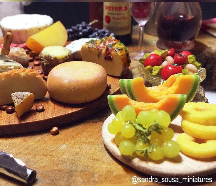 Essas miniaturas não são de agoraé de 2017 mais são as preferidas que fiz durante esse ano, fazer queijos miniaturas virou uma das minha paixão . Pude aprender e testar novas técnicas por isso quiz compartilhar comvcs   .  #miniatureart #miniaturefood #dollhouse #dollhouseminiatures #food #fakefood #polymerclay #miniature #art #artist #fimo #clay #sandra_sousa_miniatures #vine #cheeses #charcuterie #vinho #queijos