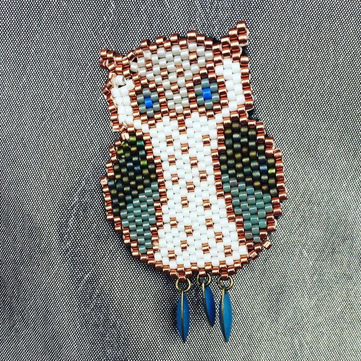 Broche chouette en perles miyuki, tissé à la main. #faitmain #brickstitch #perlesmiyuki #tissagebrickstitch #chouette #faitmain