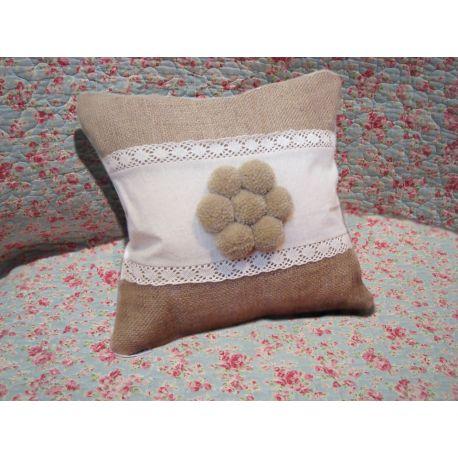 Almohadón con flor de pompones de lana sobre lienzo y arpillera. Relleno vellón siliconado. Cierre que permite sacar el relleno para poder lavar. Terminación en broderie Tamaño : 30 x 30 40 x 40