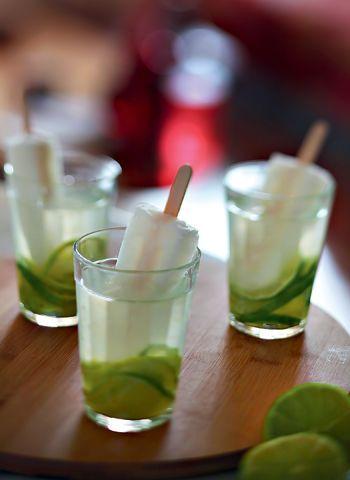 Caipirinha de limão 20 ml de vodca ,¼ de limão , 150 ml de água de coco , 1 picolé de limão , gelo