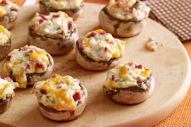 Te encantaran estos bocadillos miniatura hechos a base de champiñones (hongos) rellenos con el delicioso sabor del queso y el tocino.