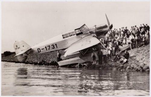 Luchthaven Schellingwoude. Een slechte landing van een Duitse henkel op de Durgerdammerdijk. (14 maart 1927)