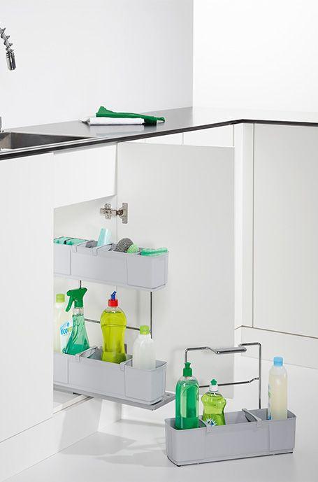 Praktyczny organizer, który zmieni zupełnie sposób przechowywania wszystkich potrzebnych w domu środków czystości. Kompaktowy wyciąg sprawia, że są one zawsze pod ręką, gdziekolwiek ich potrzebujemy. Ponadto zapewnia dużo miejsca na butelki, ściereczki, gąbki. Pozwala przechowywać je w oddzielnych przegródkach, wszsytkie na swoim miejscu.
