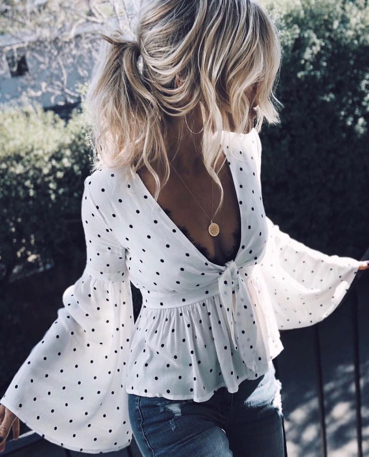 As I am all for the jeans style - I love this plunging neckline and lace bra combo for a party outfit idea | Stylish outfit ideas for women who follow fashion.