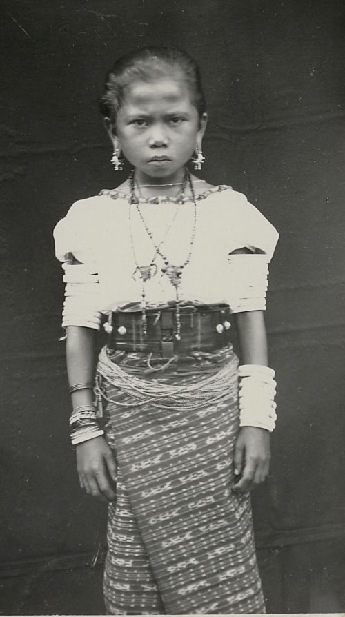 A young woman from Tanimbar in formal ikat attire, probably bakan inelak, photographed in the early 1900s by Petrus Drabbe. From the collection of the Museum voor Volkenkunde, Leiden. Creative Commons Licence. Pusaka Collection of Indonesian Ikat Textiles * Curator Peter ten Hoopen