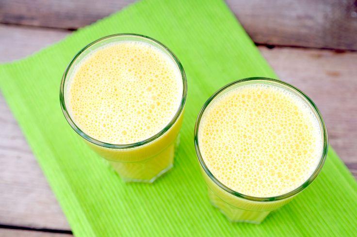ontbijt smoothie van amandelmeel, sinaasappel en banaan