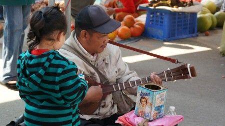 Tonny Haryanto: Pengamen ini saya temukan di setiap ada keramaian bazaar atau night bazaar di Chiangmai, Pemain gitar ini menyanyi sambil menggerakkan kaki untuk mengeluarkan beat drum yang unik......