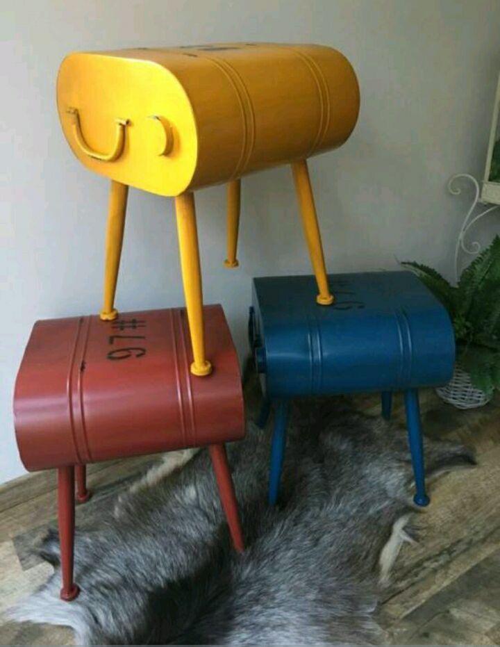 MTC (MellieTradingCompagnie) Nijmegen  Deze mooie kleine stalen krukjes/bijzet tafeltjes in de vorm van een oil-drum zijn 46 cm hoog en het zitvlak is 36x34 cm ...verkrijgbaar in de kleuren geel-rood of blauw ...nieuw in de verpakking en ze gaan weg voor de bodemprijs van 19,95 €