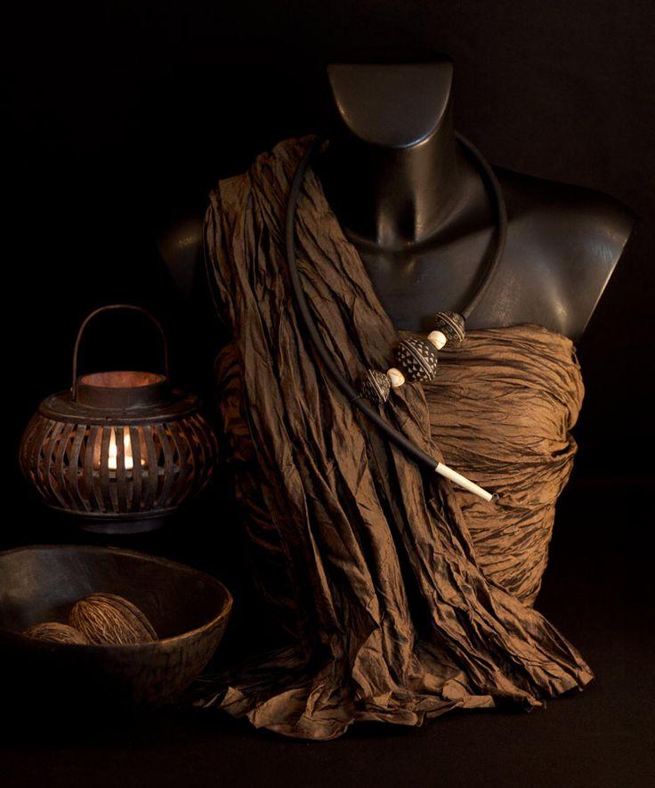 Collier ethnique contemporain avec montage asymétrique