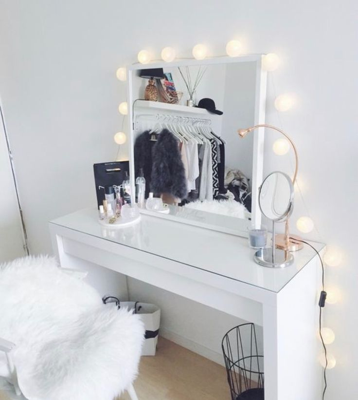 Look In The Mirror At The Hanging Shelf And Closet Rack