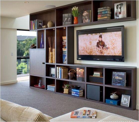 Mucho almacenaje alrededor de la tele