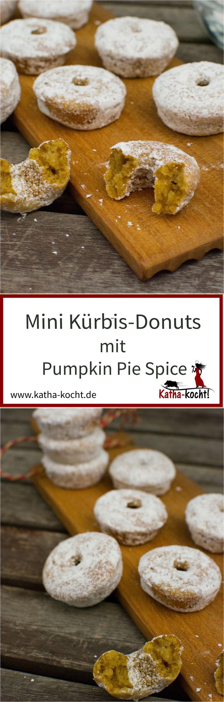 Achtung- Suchtgefahr! Diese super lockeren, saftigen Mini Kürbis-Donuts mit Pumpkin Pie Spice naschen sich ganz schnell weg - ein tolles Geschenk aus der Küche, für Freunde, die Familie, eure Kollegen im Büro oder alle anderen lieben Menschen... aber natürlich könnt ihr sie auch ganz alleine vernaschen. Das Rezept gibt es auf katha-kocht!