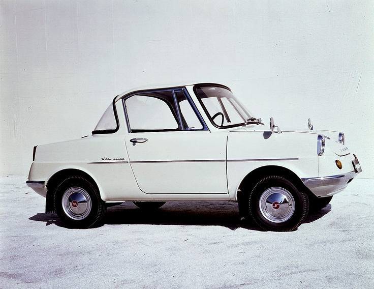 1960年 R360クーペ / R360 Coupe  マツダ初の乗用車。2+2 キャビンを包んだスタイリッシュで機能的なクーペフォルムは、日本のカーデザインの最先端をいくものだった。まだ自家用車が高嶺の花であった時代に親しみやすいデザインと価格を兼ね備えたR360 クーペは発売と同時に大ヒットした。