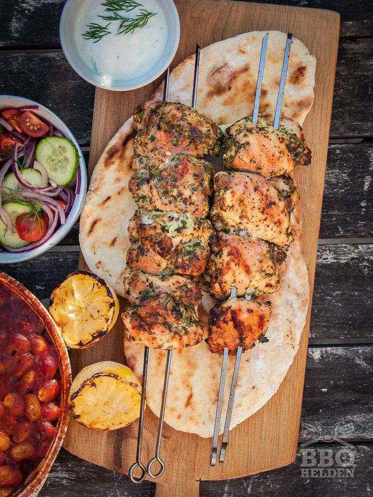 Griekse gerechten zijn niet al te moeilijk en deze kippedijen zijn geen uitzondering. Bereid ze voor tussen de middag en dan staan ze 's avonds zo op tafel.