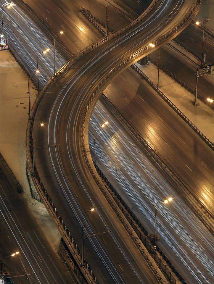 Brilhante! Bela foto com velocidade de obturador baixa de uma via urbana.