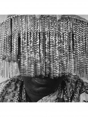 ALBERTO VENZAGO (geb. 1950) Ohne Titel Hasselblad 6x6 digi-scan. Signierter Museo Portfolio Rag mit HZ Rahmen (Museumsglas), 1/3. H 50 cm. B 50 cm.   Publiziert: Voodoo: Mounted by the Gods. Seite 141.  Ein Kopfschmuck schützt sein Gegenüber vor der Kraft seines Blickes. Es heisst, dass man erblindet, wenn man Kpassenon direkt in die Augen schaut.
