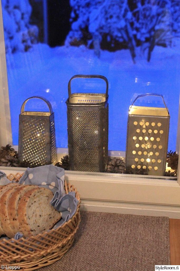 keittiö,raastinrauta,led-valoja,led-valosarja,käpy,kävyt,koristevalot,pöytäliina,leipäkori,ikkuna