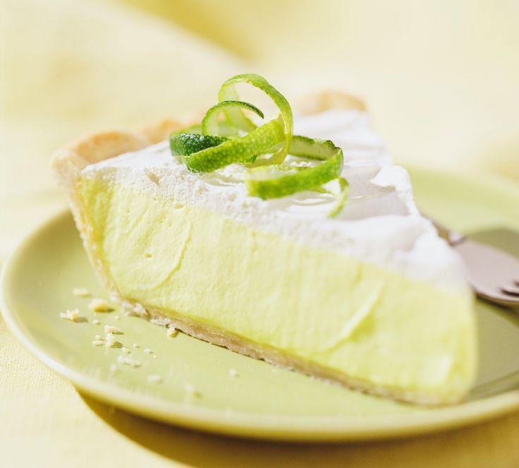 Ein echter Key Lime Pie wird nach dem Originalrezept aus den USA, Florida gebacken. Limetten geben dem Kuchen einen sauren Kick. Das Rezept finden Sie hier.