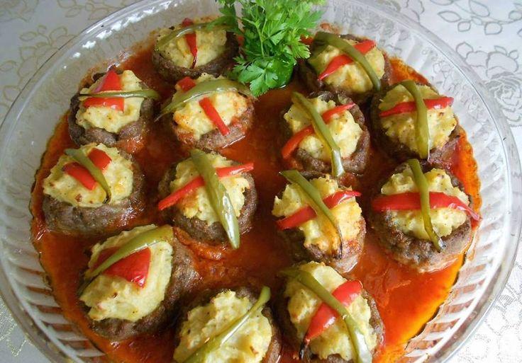 Püreli Hasanpaşa köfte; köfte ve patatesin harika uyumu ile sofralarımızın sevilen fırın yemeklerinden biridir. Fırında yapılması sebebiyle kendi yağıyla p