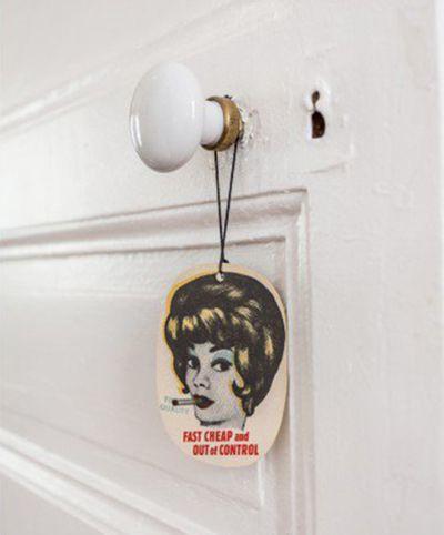 Détail poignée de porte d'un appartement d'inspiration vintage à Vincennes - Detail of a vintage tag on the door of a vintage Parisian apartment | http://blog.mydecolab.com/2016/02/appartement-decoration-style-boheme-vintage-vincennes.html @mydecolab