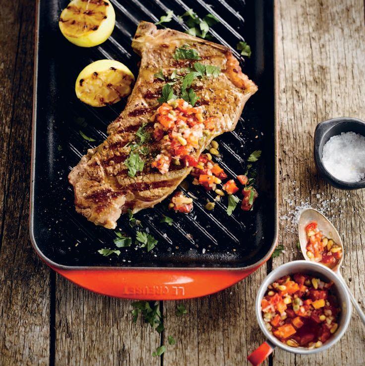 Bistecca alla fiorentina, een volmaakt recept uit de Toscaanse keuken. Bereid op de plancha en geserveerd met een pittige rode salsa. Daar loopt het water je toch van in de mond! Kijk hier voor dit recept, of een van de andere recepten uit Grill & Plancha. http://www.fontaineuitgevers.nl/wp/wp-content/uploads/9789059564817-Grill-Plancha.pdf