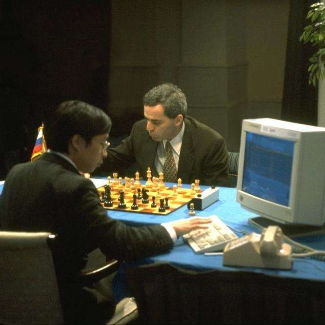 Un día como hoy, hace 19 años, el 11 de mayo de 1997, el superordenador de ajedrez Deep Blue ganó al gran maestro Gari Kaspárov, convirtiéndose en la primera inteligencia artificial en ganar a un vigente campeón del mundo. Anteriormente, el ordenador había perdido un encuentro contra el campeón, pero tras una profunda renovación, la máquina desarrollada por IBM ganó, siguiendo los tiempos reglamentarios de los torneos de ajedrez de modalidad estándar. #ajedrez #ordenador #mente #cronica…