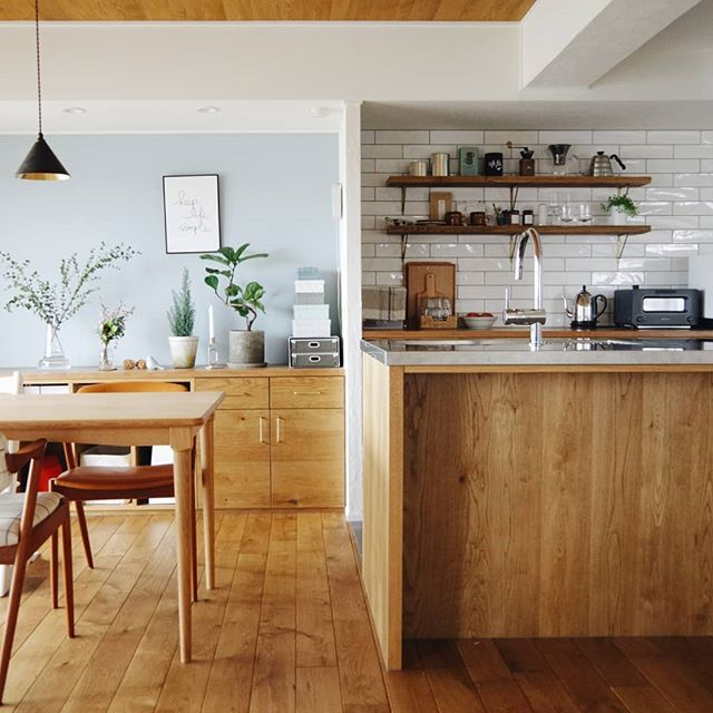 ダイニングキッチン ブルーグレーの壁とキッチンタイルの間の壁