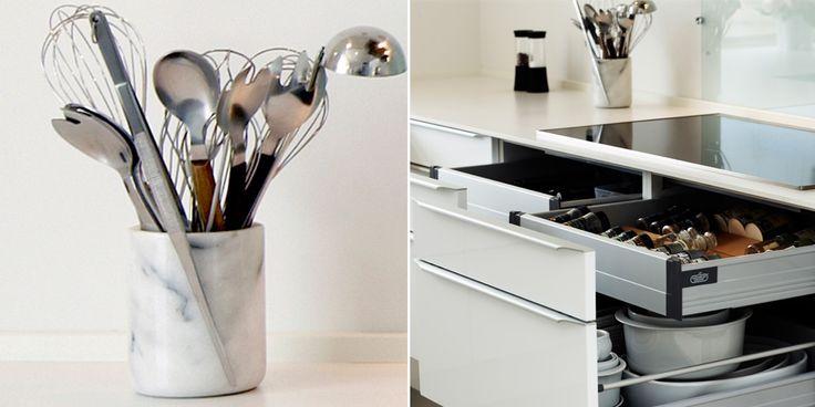 Tidens trend i marmor, hvor køkken-redskaberne sættes i krukke til funktionel brug og dekoration tæt ved kogepladen.