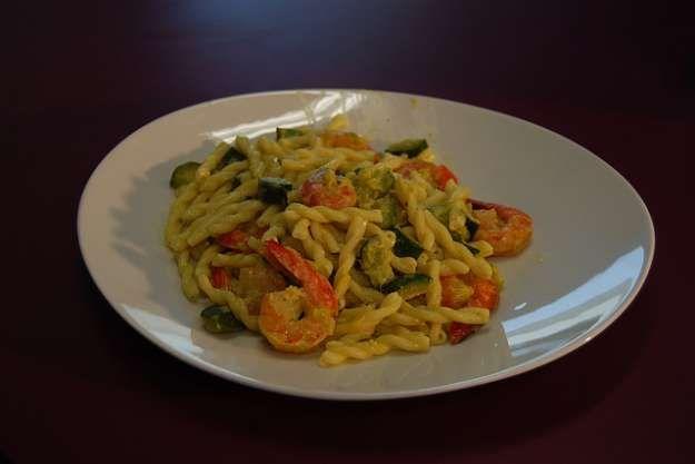 Pasta con gamberetti, zucchine e curry