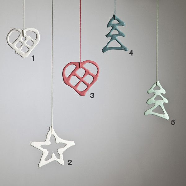 Stars, frostflowers, hearts and pine trees made in porcelain to hang on the Christmas tree, in a window or where you want to decorated for Christmas. The expression of the Christmas ornaments is simple and designed to fit into a modern home. Not two pieces of ornament look the same because they are all made with free hand. Therefore they have their own individual expression. They are sold in a delicious gift box of light brown carton containing 5 pieces of ornament with matching ribbon.